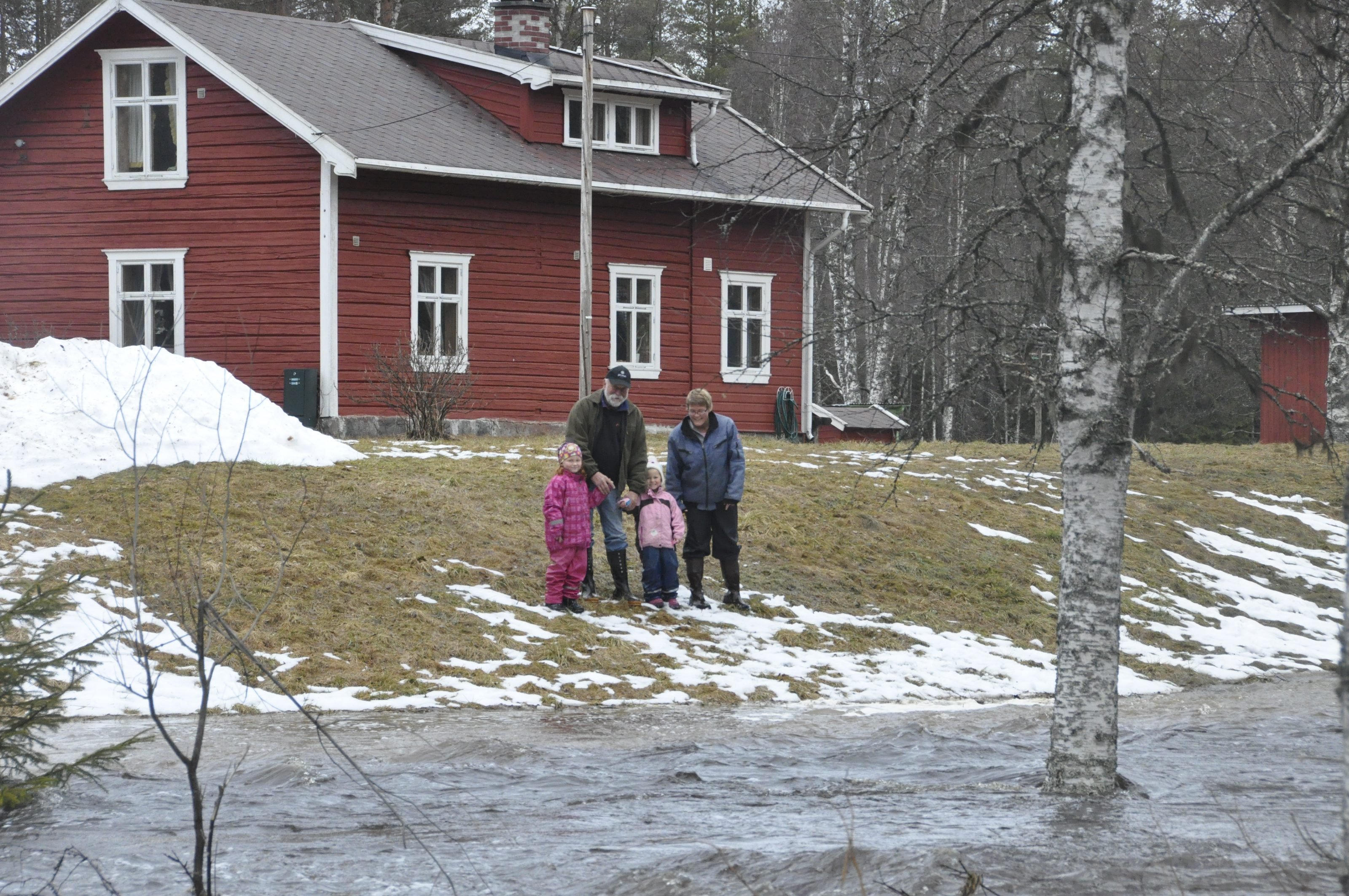 Familien Myhre isolert av flom